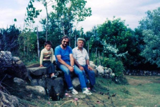 Fehmi Kabadayi, ve Torunu ve Alman misafir Peter 1983.jpg